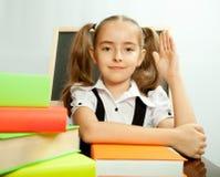 Istruisca la ragazza pronta a rispondere a per la domanda dell'insegnante Fotografia Stock
