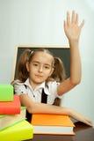 Istruisca la ragazza pronta a rispondere a per la domanda dell'insegnante Immagini Stock