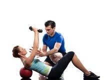 Istruttore aerobico dell'uomo che posiziona allenamento della donna Immagine Stock Libera da Diritti