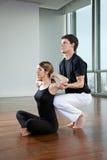 Istruttore Assisting Woman di yoga Immagini Stock Libere da Diritti
