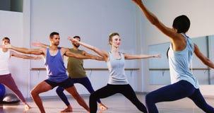 Istruttore che prende la classe di yoga stock footage