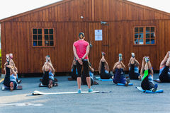 Istruttore Class Exercise Outdoors di forma fisica Fotografia Stock