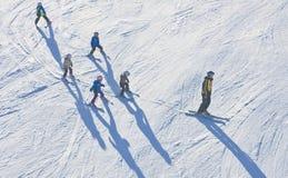 Istruttore con un gruppo di bambini l'austria Fotografia Stock