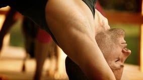 Istruttore a d'esecuzione di yoga stock footage