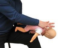 Istruttore del pronto soccorso che usando manichino infantile Fotografie Stock Libere da Diritti