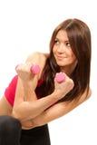 Istruttore della donna di forma fisica con i dumbbells dei pesi Fotografie Stock Libere da Diritti