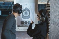 istruttore della fucilazione che indica sull'obiettivo usato immagine stock libera da diritti