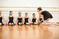 Istruttore di ballo che insegna ad una classe di balletto Immagine Stock Libera da Diritti