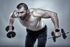 Istruttore di forma fisica che fa allenamento della spalla Immagine Stock