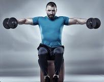 Istruttore di forma fisica che fa allenamento della spalla Fotografie Stock