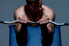Istruttore di forma fisica che fa esercizio pesante per il bicipite fotografie stock