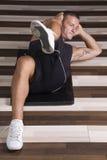 Istruttore di forma fisica che fa sit-ups Immagine Stock