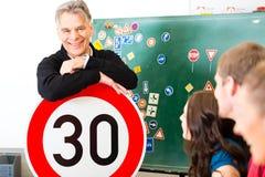 Istruttore di guida con la sua classe Fotografie Stock