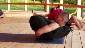 Istruttore di yoga che esegue un asana piuttosto difficile, riposante il suo capo sui suoi piedi archivi video