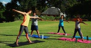 Istruttore di yoga che istruisce i bambini nell'esercitarsi video d archivio