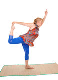 Istruttore di yoga che sta su una gamba Fotografia Stock