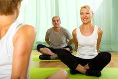 Istruttore di yoga con i partecipanti anziani Fotografia Stock