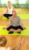 Istruttore di yoga con i partecipanti anziani Immagini Stock Libere da Diritti