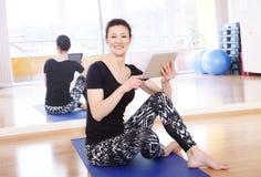 Istruttore di yoga con la compressa digitale Fotografia Stock Libera da Diritti