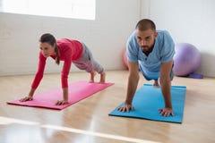 Istruttore di yoga con lo studente che si esercita nel club Immagine Stock Libera da Diritti
