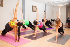 Istruttore di yoga durante la classe fotografia stock libera da diritti