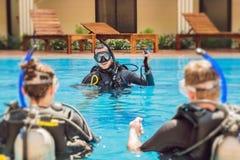 Istruttore e studenti di immersione subacquea L'istruttore insegna agli studenti a tuffarsi fotografia stock libera da diritti