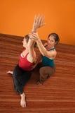 Istruttore ed allievo di Yogasana Fotografia Stock Libera da Diritti