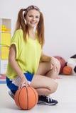 Istruttore felice di pallacanestro Fotografie Stock