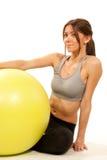 Istruttore femminile di forma fisica con la sfera dei pilates Immagini Stock