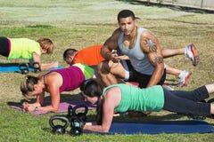 Istruttore Helping Students di forma fisica Fotografia Stock