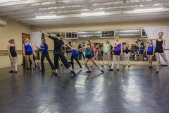 Istruttore Moves Studio di danza moderna delle ragazze Immagine Stock