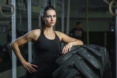 Istruttore muscolare potente di CrossFit della donna che fa allenamento della gomma alla palestra Fotografie Stock Libere da Diritti