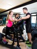 Istruttore personale dell'istruttore ellittico del camminatore di aerobica Immagini Stock Libere da Diritti