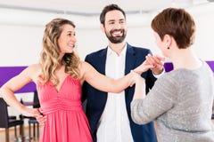 Istruttore a scuola di ballo con le coppie Fotografie Stock