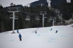 Istruttori dello sci e della seggiovia sulla montagna della neve Immagini Stock