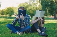 Istruzione all'aperto Studenti che si siedono sull'erba Fotografie Stock