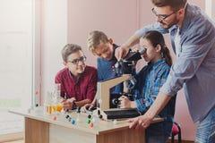 Istruzione del GAMBO Esperimento chimico in laboratorio Fotografia Stock
