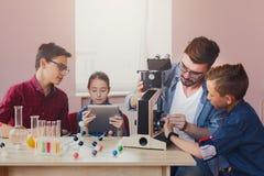Istruzione del GAMBO Esperimento chimico in laboratorio Immagine Stock Libera da Diritti