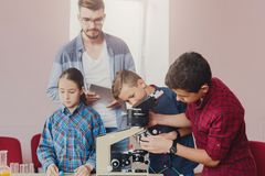 Istruzione del GAMBO Esperimento chimico in laboratorio Immagini Stock Libere da Diritti