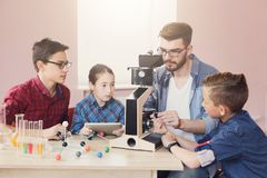 Istruzione del GAMBO Esperimento chimico in laboratorio Fotografia Stock Libera da Diritti
