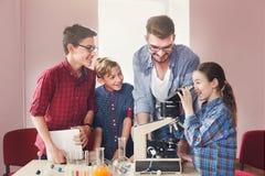 Istruzione del GAMBO Esperimento chimico in laboratorio Fotografie Stock Libere da Diritti