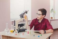 Istruzione del GAMBO L'adolescente fa la ricerca chimica Fotografia Stock Libera da Diritti