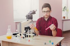 Istruzione del GAMBO L'adolescente fa la ricerca chimica Immagini Stock