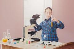 Istruzione del GAMBO L'adolescente fa la ricerca chimica Fotografie Stock Libere da Diritti