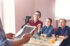 Istruzione del GAMBO Lezione di chimica in laboratorio Fotografie Stock