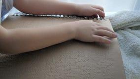Istruzione del libro di lettura cieco e malato del bambino scritto in Braille archivi video
