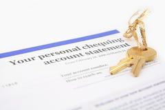 Istruzione di conto bancario e tasto dorato Fotografia Stock Libera da Diritti