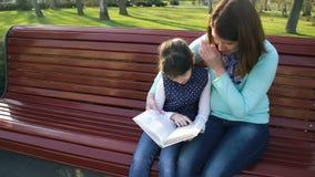 Istruzione di cura parentale video d archivio