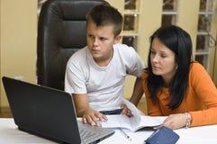 Istruzione domestica con il computer portatile Fotografia Stock Libera da Diritti