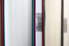 Istruzione e concetto della lettura Scaffale per libri per fondo minimalistic fotografia stock libera da diritti